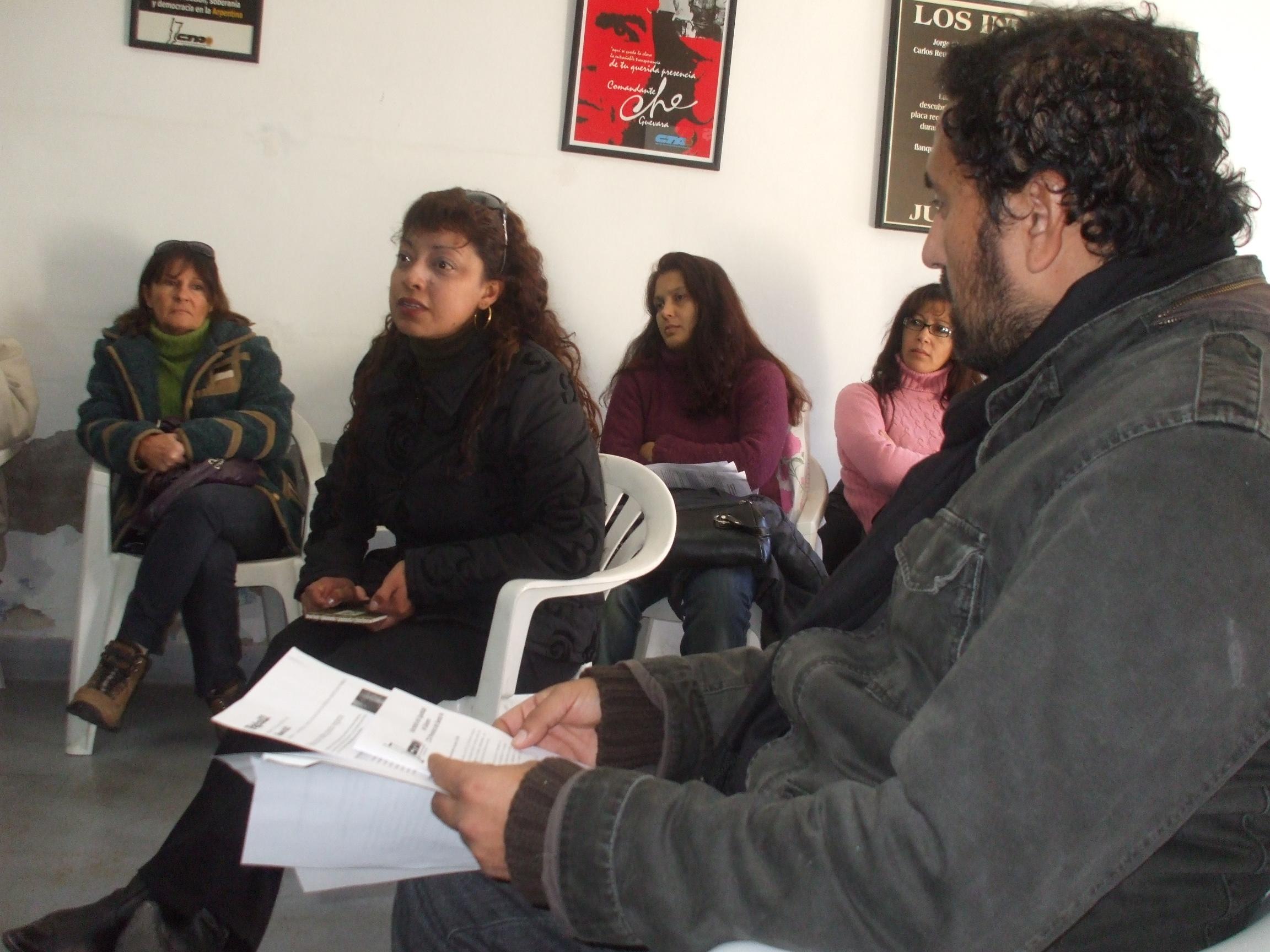 Mirta Tejerina y Diego Cardozo, Secretario General CTA Mesa local Santa Fe, junto a compañeras trabajadoras de la educación, del Estado y de territorio, debatieron sobre violencia de género